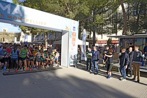 Philippe Saurel, Maire de la Ville de Montpellier et Président de Montpellier Méditerranée Métropole donne le top départ du Marathon de Montpellier.<br /> © Frédéric Damerdji - Ville de Montpellier