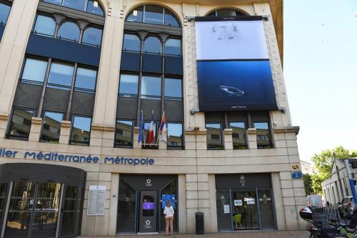 """L'exposition """"La Banquise sens dessus dessous"""" dévoilée sur la façade de l'Hôtel de Métropole à Montpellier. Crédit photo : Cécile Marson - Montpellier Méditerranée Métropole"""